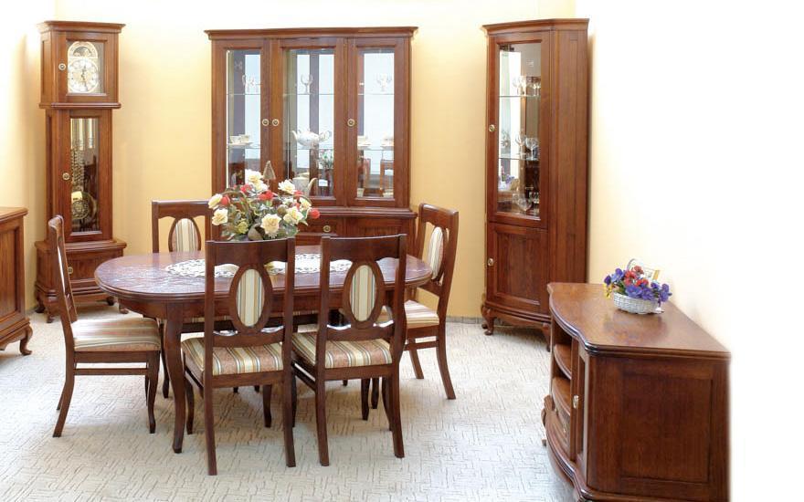 stół, krzesła iregały drewniane